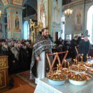 Протоиерей Игорь Медведев совершил молебный канон святому великомученику Феодору Тирону с освящением колива.