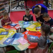 Дети из воскресной школы на мастер-классе по изготовлению Рождественской открытки