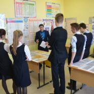 Руководитель городского архива А.А.Гурьянов представил в Арзамасской православной гимназии выставку, посвященную 30-летию взрыва на станции Арзамас-1.