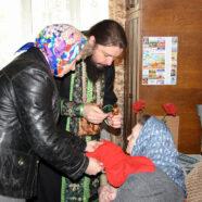 Священнослужители посетили тяжелобольных пенсионеров и совершили Таинства Исповеди и Причастия