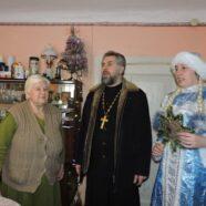 Группа волонтеров принесла Рождество одиноким пенсионерам